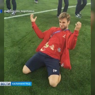 После матча Англия-Бельгия волонтёрам позволили выйти на газон стадиона «Калининград»