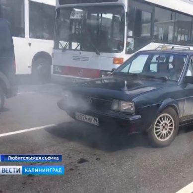 Из-за сильной жары на дорогах Калининграда начали «закипать» автомобили