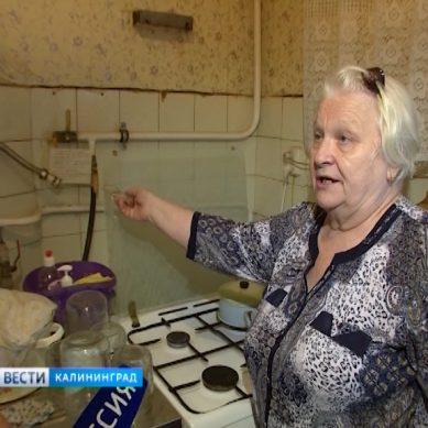 «Я никто!»: В Калининграде бабушку оставили без горячей воды и тепла