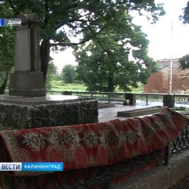 В Междуречье на ограждении памятника в честь победы русского оружия сушат ковры