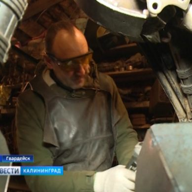 Умелец из Гвардейска смастерил скульптуру из автомобильных запчастей