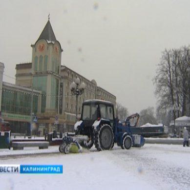 В Калининграде на противогололёдную обработку дорог направили почти 40 единиц техники