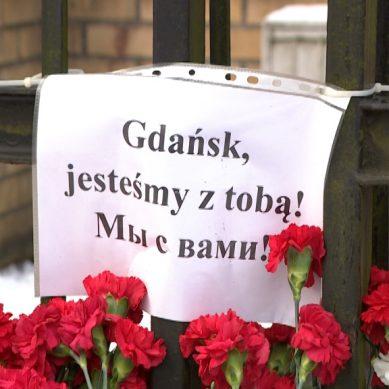 Калининградцы несут цветы к генеральному консульству Польши