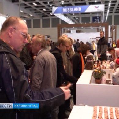 """В Берлине посетителей выставки """"Зелёная неделя"""" угощают балтийской килькой"""