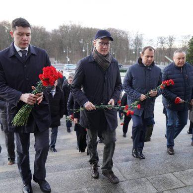 Калининградская делегация возложила цветы к мемориалу советским воинам в Берлине