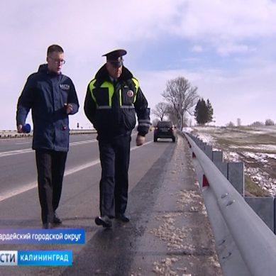 Калининградские автомобилисты проверяют отбойники на региональных дорогах