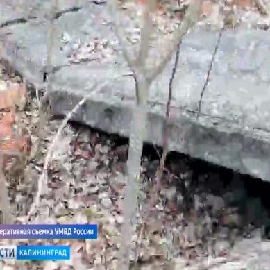 Подозреваемый в убийстве житель Немана прятался от полицейских под бетонной плитой в лесу