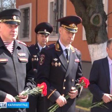 Калининградские полицейские почтили память своих коллег в День ветеранов внутренних дел и внутренних войск