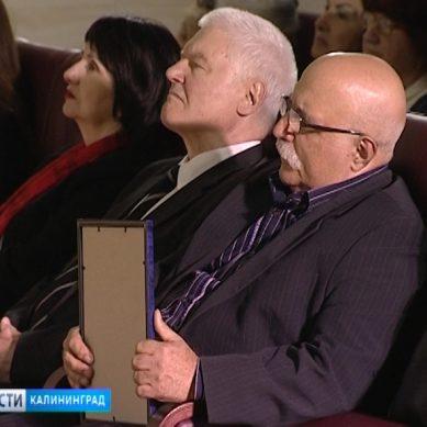 Журналист ГТРК «Калининград» передал историко-художественному музею рукопись Булата Окуджавы